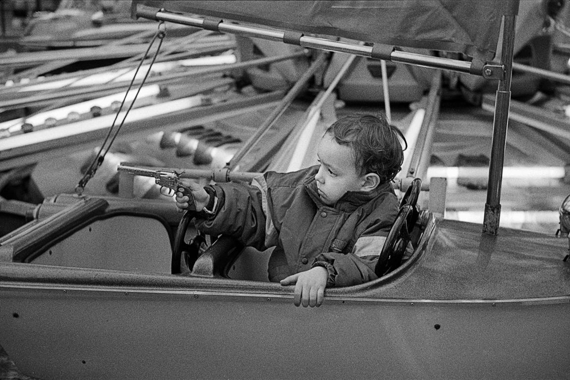Enfant avec un fusil dans un manège
